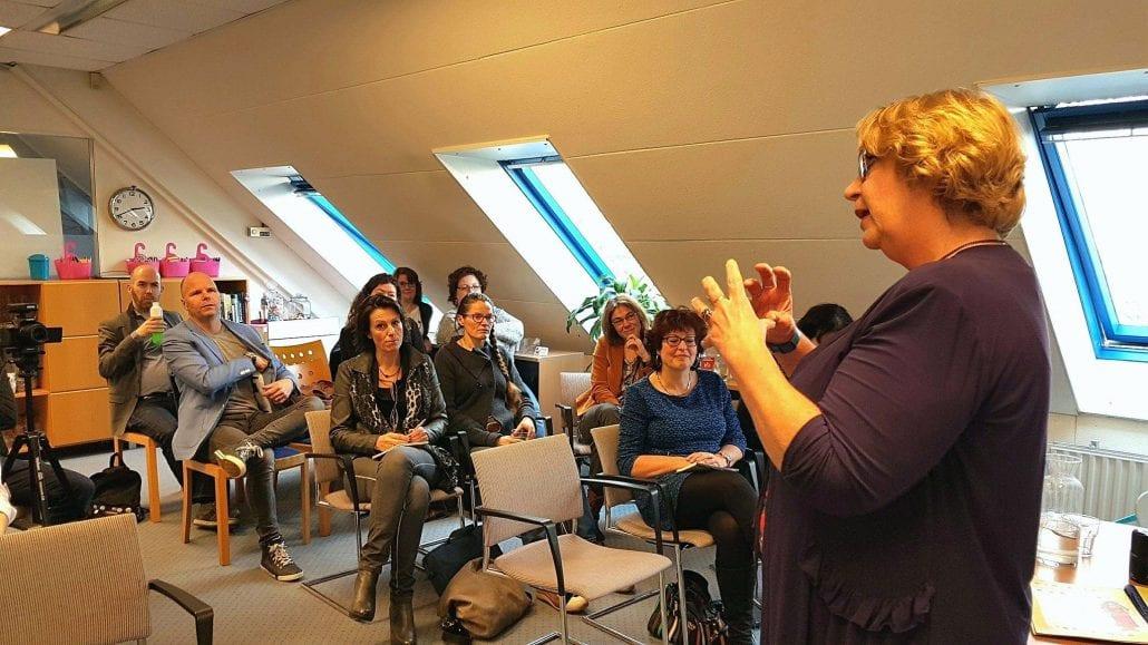 Bernadette Vrijling die spreekt op de eerste bijeenkomst van de Actiestand.